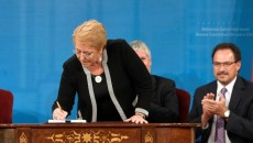75497933_Chile27s-President-Michelle-Bachelet-signs-a-proposal-for-new-constitution-at-the-government
